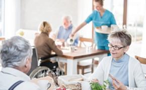 Le Manger-mains, une solution au problème de dénutrition des personnes âgées